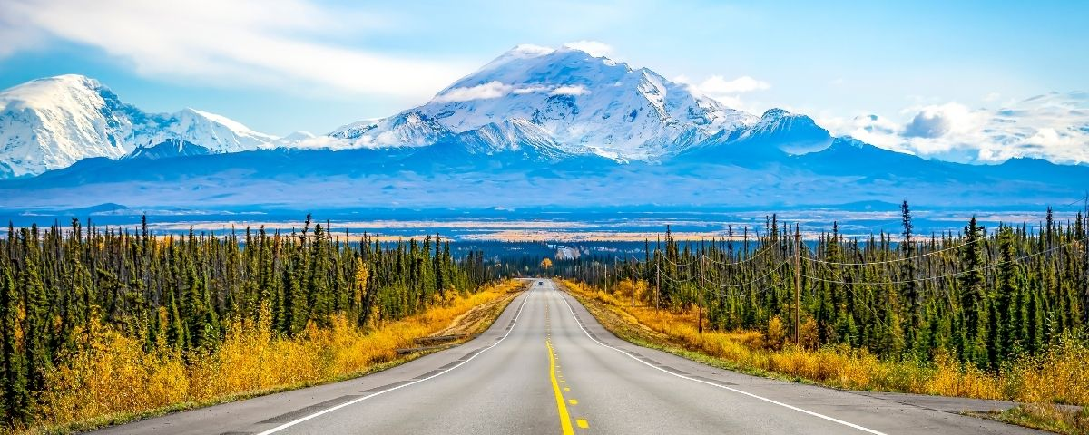 USA itineraries - deserted road with a mountain background