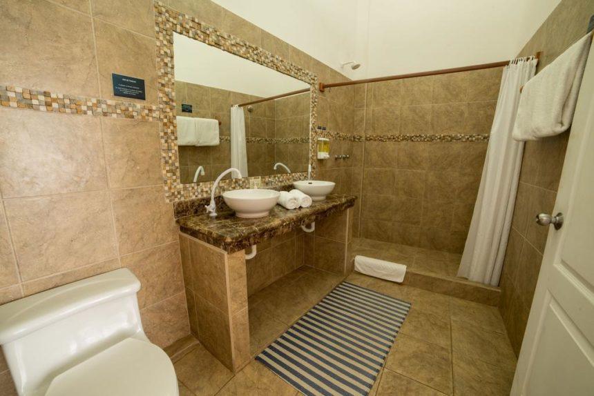 hotel albemarle bathroom