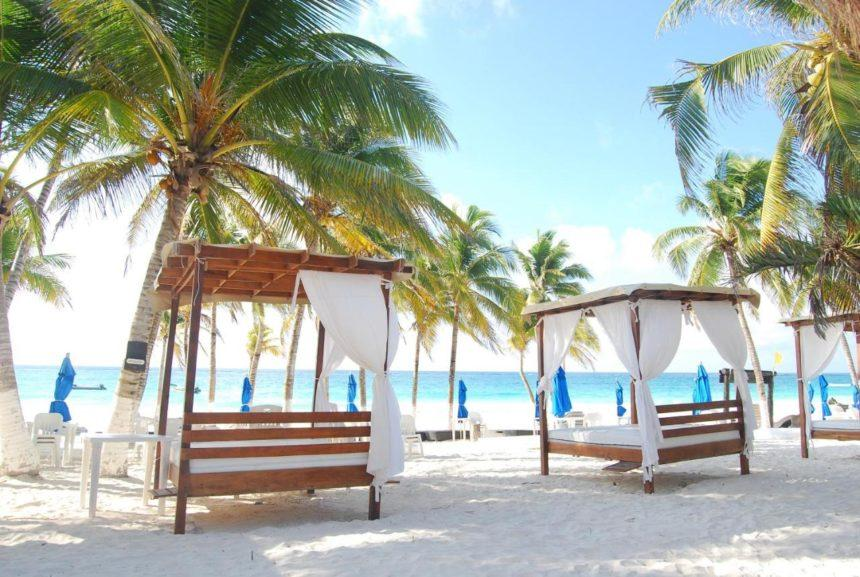 El Paraiso beach club - with beds and palm trees