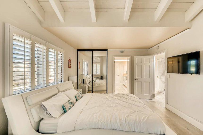 Airbnb ocean house king size bedroom