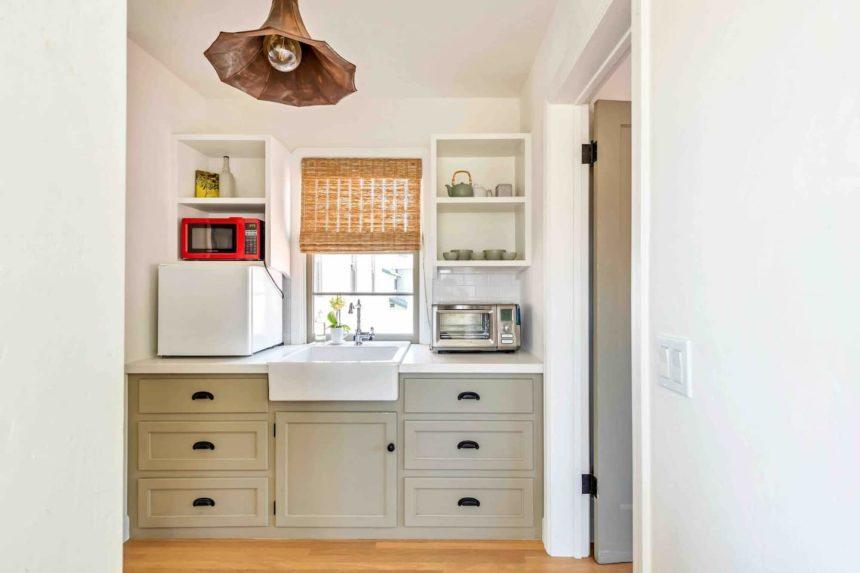 beach bungalow kitchen counter