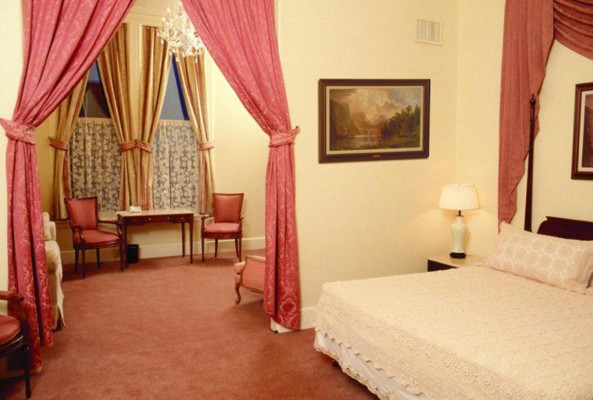 Hotel Geiser Room interior